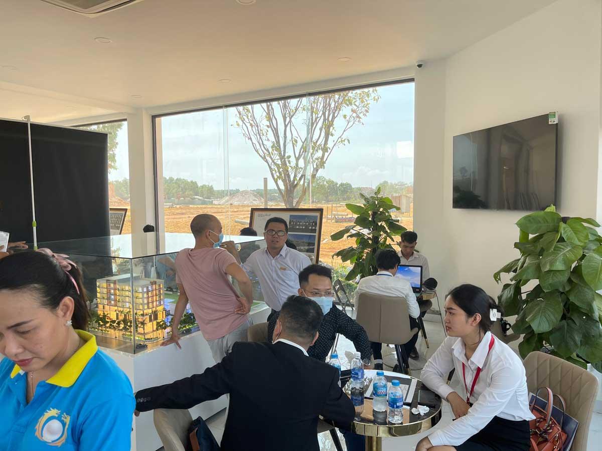 khach hang tham quan khu nha dieu hanh long hoi central point 2021 - LONG HỘI CENTRAL POINT